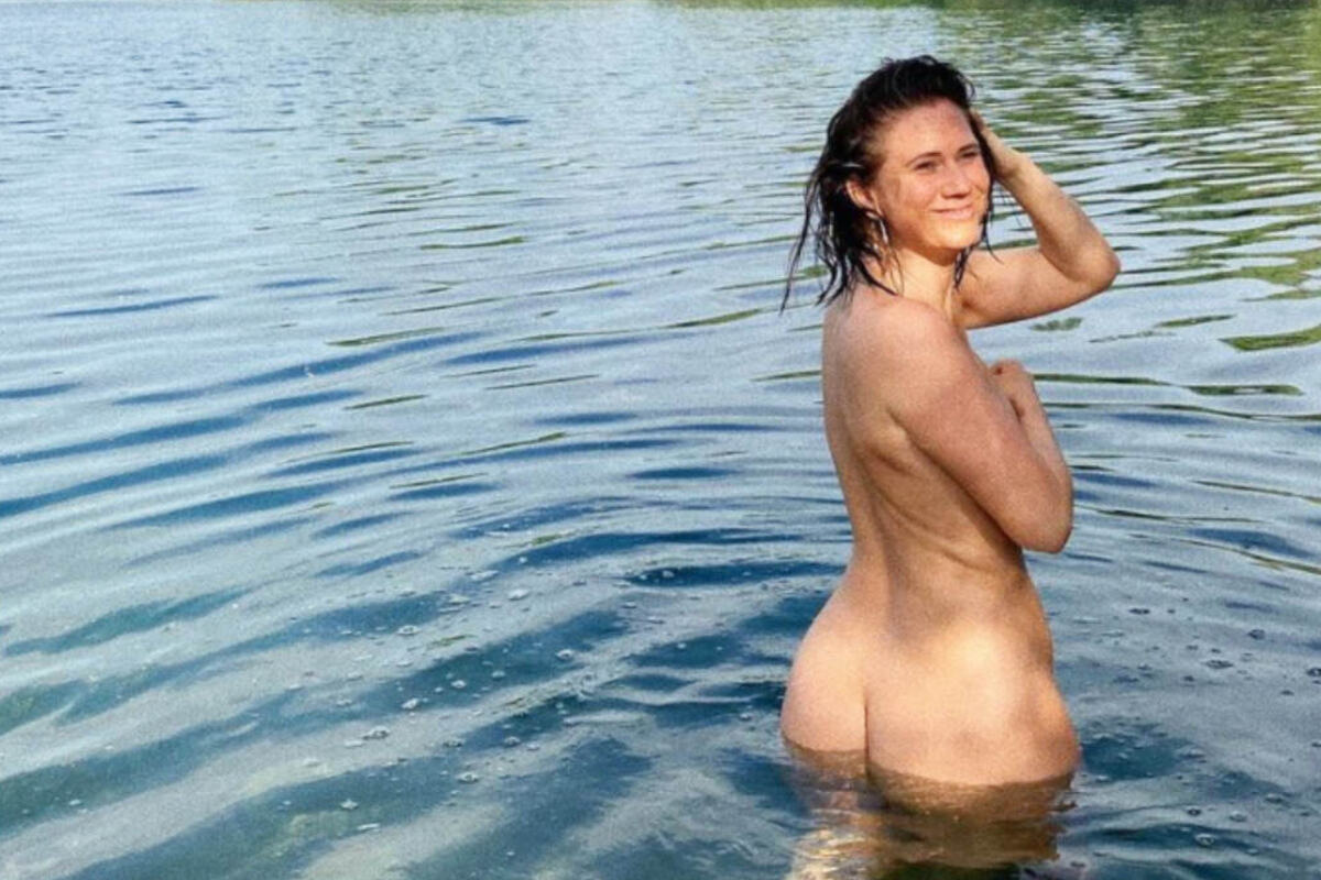 Louisa Dellert plantscht nackt im See und macht Hatern
