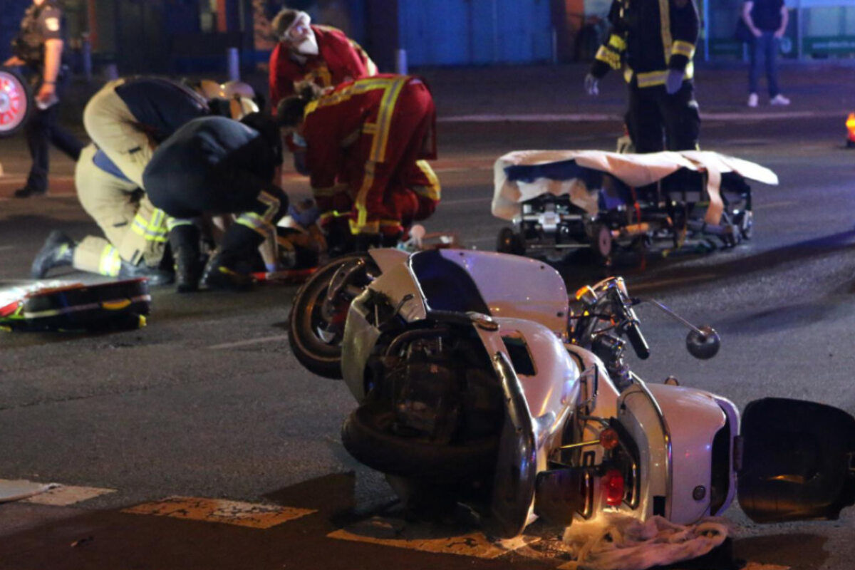 taxi-kracht-in-motorroller-zwei-schwerverletzte