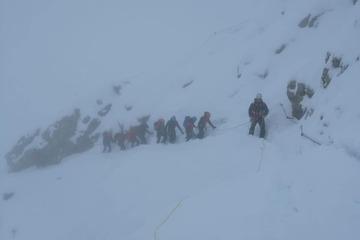 Mit Turnschuhen im Schneesturm! Junges Paar muss von der Zugspitze gerettet werden