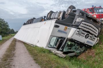 Unfall A5: Schokoriegel-Laster kommt von A5 ab und überschlägt sich