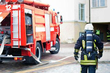 Drei Millionen Euro Schaden! Gebäudebrand hält Feuerwehr in Atem, ein Kamerad verletzt