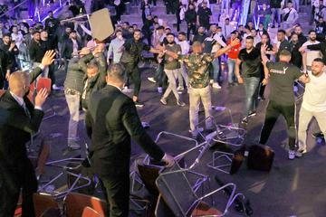 Plötzlich flogen bei Boxkampf Stühle: Massen-Schlägerei sorgt für mehrere Verletzte!
