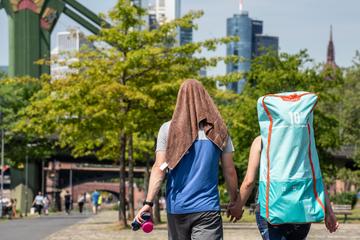 Frankfurt: Aggressiver Mann geht wahllos auf Spaziergänger am Mainufer los