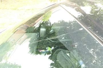 Glück im Unglück: Person wirft Stein auf fahrendes Auto