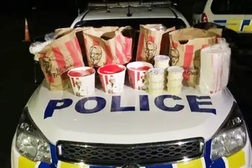Nicht selber gekocht: Polizei nimmt Männer nach Einkauf bei KFC fest!