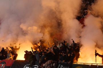 Krasse Pyro-Show vor Borussia-Dortmund-Spiel: Feuerspektakel in Amsterdam