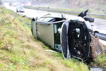 Unfall A17: VW Passat kommt Richtung Dresden von A17 ab und überschlägt sich