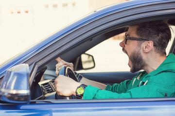 Autofahrer schlägt Kurierfahrer mehrfach ins Gesicht, weil ihm seine Fahrweise nicht gefällt