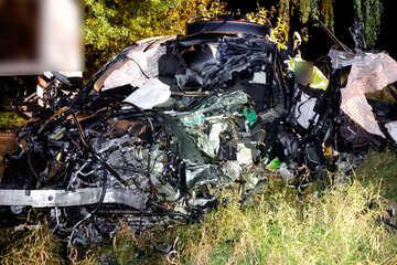 Tödlicher Crash auf Neefestraße: BMW-Fahrer (34) stirbt, Laster-Fahrer schwer verletzt