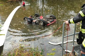 Unfall bei Dresden: Smart fährt in Teich, eine Person verletzt
