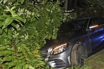 Mercedes landet nach Ausweich-Manöver in Böschung: 19-Jähriger flüchtet