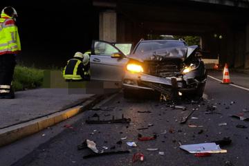 Mercedes-Fahrerin kracht ungebremst in wartende Autos und hinterlässt Trümmerfeld