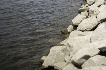 Schnapsidee! Männer schlafen betrunken im Schlauchboot auf dem Rhein ein