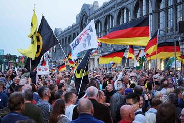 Dresden: Demo-Tag in Dresden: aggressive Stimmung bei Pegida, Björn Höcke tritt auf