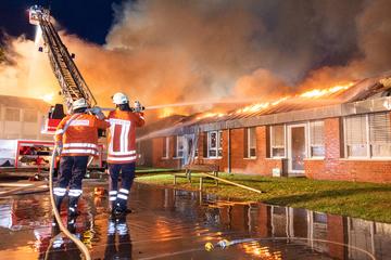 Feuerwehr im Großeinsatz: Kindergarten steht komplett in Flammen!
