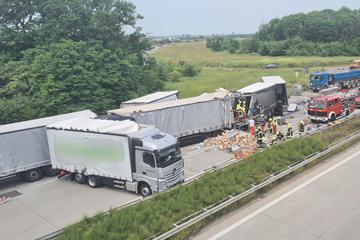 Unfall A9: Schwerer Unfall mit mehreren Verletzten am Schkeuditzer Kreuz: Sperrung der A9 aufgehoben