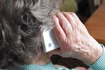 Schockanruf! Sparkassen-Mitarbeiterin rettet Rentnerin vor Betrügern