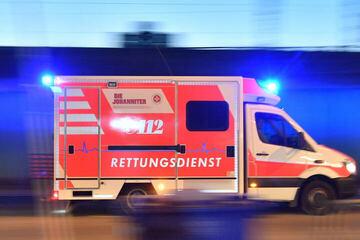 Unfall A13: Unfall auf A13: Reifen geplatzt! Transporter kracht mit Lkw zusammen
