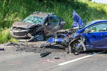 Schwerer Unfall im Erzgebirge: Hyundai und Ford kollidieren, beide Fahrer landen im Krankenhaus