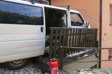 Tödlicher Unfall im Erzgebirge: Transporter-Fahrer kracht gegen Hauswand und stirbt
