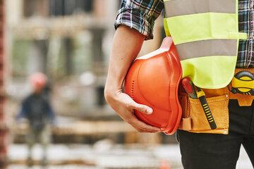 Bauarbeiter fordert Passant auf, die Straßenseite zu wechseln und wird mit Waffe bedroht