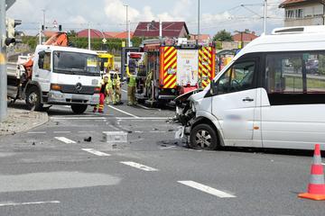 Lkw kollidiert mit Minibus auf Gompitzer Höhe: Ein Fahrer wird dabei verletzt