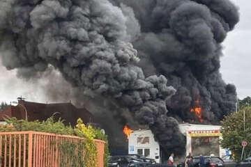 Auto-Werkstatt steht in Vollbrand: Feuerwehr kämpft bis in die Nacht gegen die Flammen
