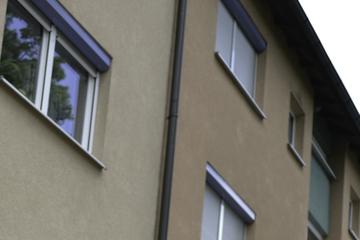 Kurios! Mann hält blanken Hintern aus dem Fenster und kackt