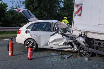 Auto kracht von hinten in 7,5-Tonner: Mehrere Personen verletzt