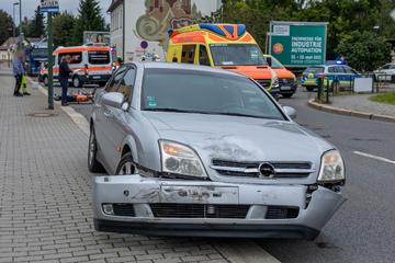 Simson-Fahrer fliegt bei Unfall übers Auto