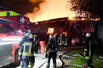 Feuerwehr im Großeinsatz: Landwirtschaftliches Gebäude brennt lichterloh