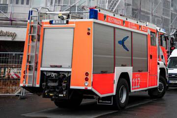 Feuerwehr kämpft gegen Flammen in Brandenburger Lagerhalle