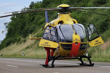 Unfall A1: Schwerer Unfall auf Autobahn 1: Hubschraubereinsatz, Hunde aus Auto geschleudert