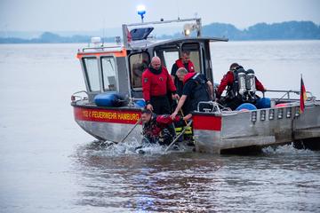 Hamburg: Kind und Erwachsener vermisst: Feuerwehr sucht in der Elbe!