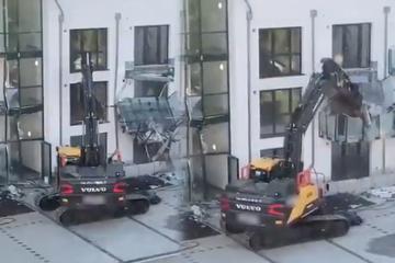 Halbe Million Euro Schaden: Baggerfahrer zerlegt aus Frust Neubaukomplex