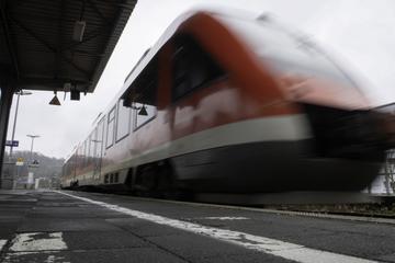 Accidente fatal: hombre atascado con cinta de correr y atropellado por tren