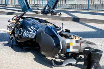 Motorradfahrer kracht gegen Brückenpfeiler und stirbt am Unfallort
