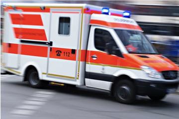 Auto kollidiert mit Zugmaschine: Zwei Menschen schwer verletzt