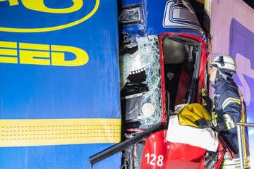 Unfall A4: Stau-Ende übersehen: Lkw-Fahrer stirbt bei schwerem Unfall auf der A4