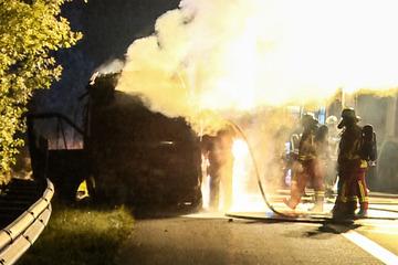 Unfall A1: Sprinter geht in Flammen auf: Vater und Sohn im Wagen