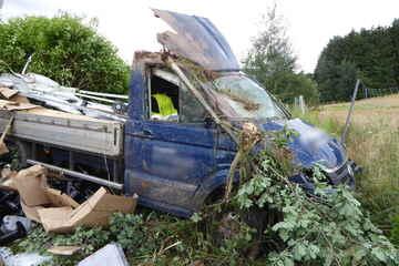 Unfall A72: Transporter kommt von der A72 ab und überschlägt sich, Fahrer verletzt sich schwer