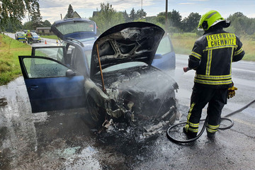 Chemnitz: Chemnitz: VW geht während der Fahrt in Flammen auf!