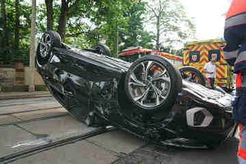Unfall in Dresden: Audi überschlägt sich und bleibt auf Dach liegen