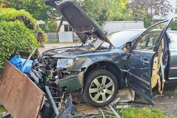 Senior verliert am Steuer das Bewusstsein: VW kracht bei Unfall in Vorgarten