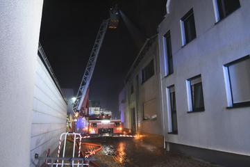 Zwei Menschen bei Dachstuhlbrand verletzt, 16 Nachbarn evakuiert