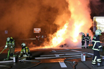 Unfall A17: Transporter brennt auf der A17 ab: Autobahn stundenlang gesperrt!