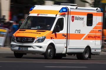 Berlin: Zusammenstoß mit Radfahrer: 73-jährige Fußgängerin schwer verletzt
