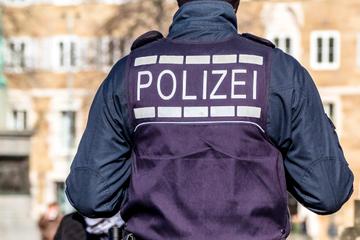 Fußballfans greifen Polizei vor Partie Halle gegen Saarbrücken an!
