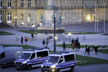 Männer-Horde in Stuttgart greift Frau an und verletzt deren Begleiter schwer