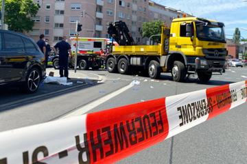 Schlimmer Unfall an Kreuzung: Radfahrerin von Lkw erfasst und schwer verletzt